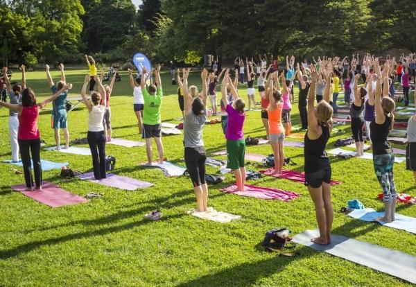 Actividades ecológicas al aire libre - Practicar yoga o taichí en el parque