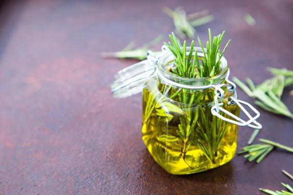 Aceite de romero: para qué sirve y cómo se prepara - Cómo se prepara el aceite de romero – receta