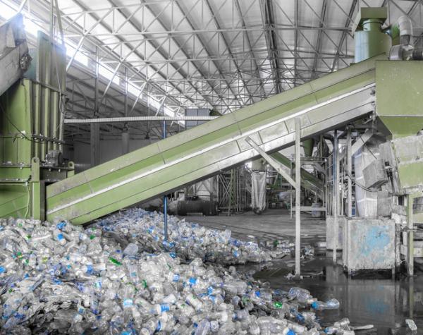El proceso de reciclaje de una botella de plástico