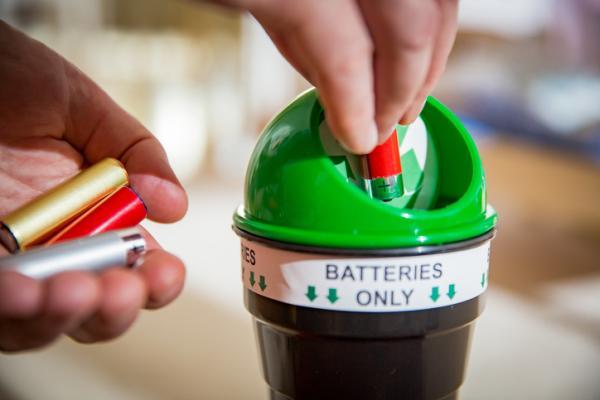 Cuánto tarda en degradarse una pila - Cómo reciclar las pilas