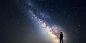 Por qué las estrellas brillan de noche y de día no