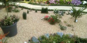 Cómo construir un camino de grava en el jardín